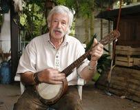 Hogere mens die de banjo speelt Royalty-vrije Stock Foto's
