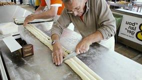 Hogere mens die de traditionele Franse chocolade van pijnau voorbereiden stock videobeelden