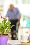 Hogere mens die een leurder in een pensioneringshuis gebruiken Stock Foto