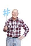Hogere mens die het sociale media teken glimlachen houden Stock Fotografie