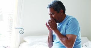 Hogere mens die een weefsel gebruiken om zijn neus 4k te blazen stock videobeelden