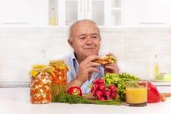 hogere mens die gezonde voeding eten Stock Foto
