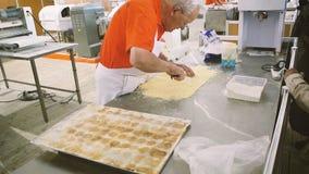 Hogere mens die heerlijk voedsel in bakkerij voorbereiden stock video