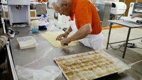 Hogere mens die heerlijk voedsel in bakkerij voorbereiden stock footage