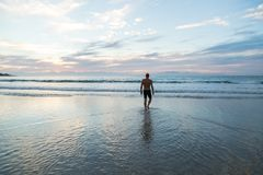 Hogere mens die in het overzees bij dageraad voorbereidingen treffen te zwemmen royalty-vrije stock fotografie