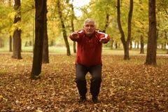 Hogere mens die in het park uitoefenen stock foto's