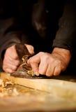 Hogere mens die houtbewerking doen Stock Afbeeldingen