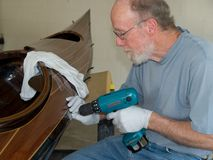 Hogere mens die houten strookkajak bouwt Royalty-vrije Stock Afbeelding
