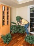 Hogere mens die kunstmatige Kerstmisboom samenbrengen voor KERSTMIS Royalty-vrije Stock Fotografie