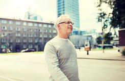 Hogere mens die langs de straat van de de zomerstad lopen royalty-vrije stock foto's