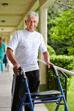Hogere mens die met leurder lopen Stock Foto's
