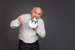 Hogere mens die met megafoon schreeuwen Royalty-vrije Stock Foto's