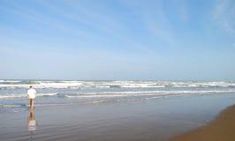 Hogere mens die op strand loopt stock afbeeldingen