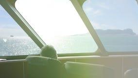 Hogere mens die in veerboot in Algeciras, Spanje reizen stock videobeelden