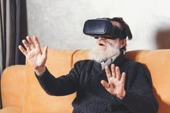 Hogere Mens die VR-Apparaat testen stock fotografie