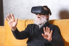 Hogere Mens die VR-Apparaat testen stock foto