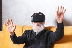 Hogere Mens die VR-Apparaat testen royalty-vrije stock foto