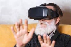 Hogere Mens die VR-Apparaat testen royalty-vrije stock afbeeldingen