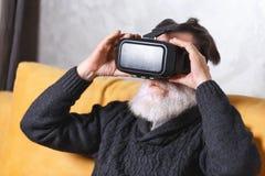 Hogere Mens die VR-Beschermende brillen gebruiken royalty-vrije stock fotografie