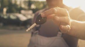 Hogere mens die zeer belangrijke auto houden Nadruk van hand royalty-vrije stock foto