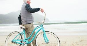 Hogere mens die zich met zijn fiets bevinden stock videobeelden