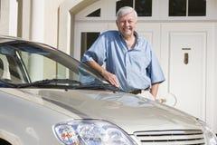 Hogere mens die zich naast nieuwe auto bevindt royalty-vrije stock foto