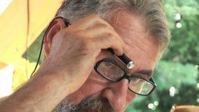 Hogere mens die zijn gezichtshaar 04 in orde maken stock video
