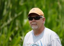 Hogere Mens die Zonnebril in openlucht draagt Stock Foto's