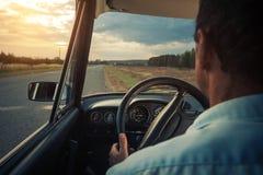 Hogere mens in een auto Royalty-vrije Stock Afbeeldingen