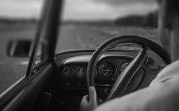 Hogere mens in een auto Stock Foto