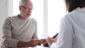 Hogere mens en arts met tabletpc bij het ziekenhuis 51 stock footage