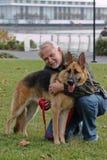 Hogere Mens en Hond Stock Foto's