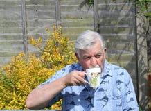 Hogere mens het drinken koffie Stock Foto