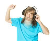 Hogere mens het luisteren muziek in hoofdtelefoons Oude mens met baard dan Stock Foto