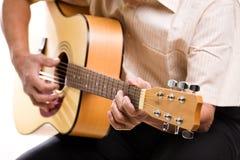 Hogere mens het spelen gitaar stock afbeelding