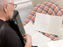 Hogere mens het spelen harmonika stock fotografie