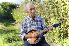 Hogere mens het spelen mandoline stock fotografie