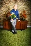 Hogere mens met bloemen Royalty-vrije Stock Foto