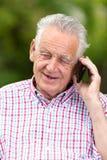 Hogere mens met celtelefoon stock foto's