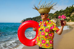 Hogere mens met cocktaildrank bij het strand Stock Foto