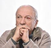Hogere mens met geïrriteerd rood bloeddoorlopen oog stock foto's