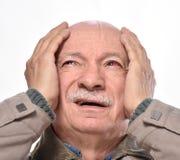Hogere mens met geïrriteerd rood bloeddoorlopen oog die aan pijn lijden stock fotografie