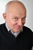 Hogere mens met ironische gezichtsuitdrukking Stock Foto