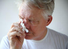 Hogere mens met lopende neus Stock Foto's