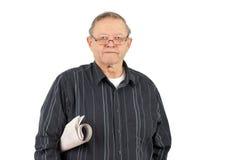 Hogere mens met opgerolde krant Stock Foto