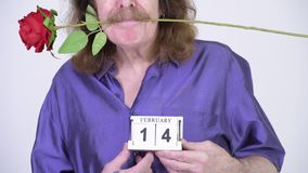 Hogere mens met snor die purper zijdeachtig overhemd klaar voor de dag van Valentine dragen ` s stock videobeelden