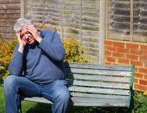 Hogere mens met strenge migraine of hoofdpijn Stock Foto