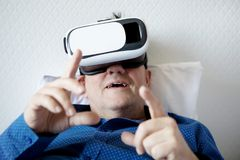 Hogere mens met virtuele hoofdtelefoon of 3d glazen Stock Foto's