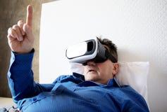 Hogere mens met virtuele hoofdtelefoon of 3d glazen Stock Fotografie
