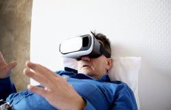 Hogere mens met virtuele hoofdtelefoon of 3d glazen Royalty-vrije Stock Afbeelding